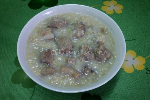 养生小排糙米粥的做法