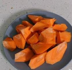 胡萝卜玉米排骨汤的做法图解2
