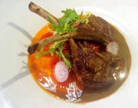 法式煎羊排配白兰地烩彩椒牛肝菌汁