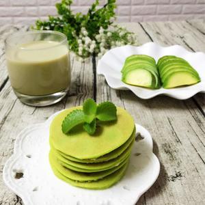 春雨绵绵的早晨来一场翠绿的早餐👏👏:青瓜鸡蛋饼+绿茶奶茶🍵+牛油果🍏😜[图1]