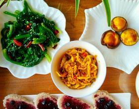 早餐:核桃枸杞麦片粥,香菇蒸蛋,芝麻菠菜,蓝莓面包片,香辣榨菜[图]