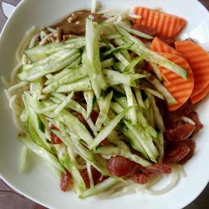 今天的早餐(玉米豆浆+芝麻酱香肠拌面+红枣)[图2]