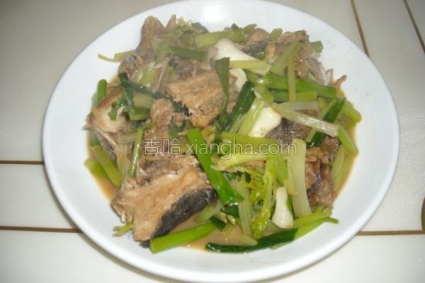 芹蒜焖煮鱼块的做法