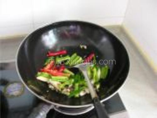 加入青、红椒段炒透。
