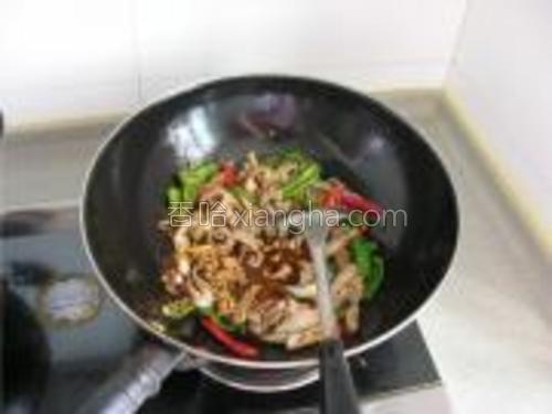 最后倒入调好的汁,翻匀收浓后出锅。