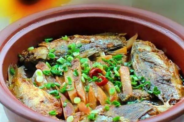 鲫鱼炖萝卜条的做法