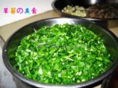 韭菜切碎备用。