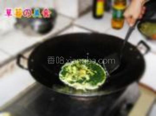 先倒一半的蛋液进去煎。
