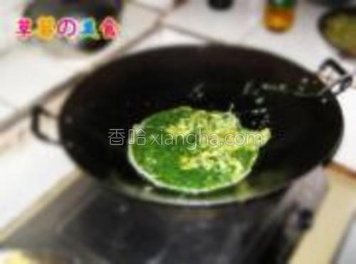 锅内再放入少许油,把盆内所有蛋液一起倒进去继续煎。
