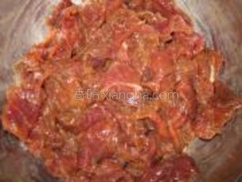 牛肉洗净切片,加料酒.胡椒粉.淀粉及1勺清水拌匀后,加一点香油(或食用油)腌制20分钟。