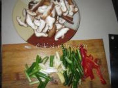 香菇去蒂切片,辣椒切斜片,姜蒜切片,葱切段。