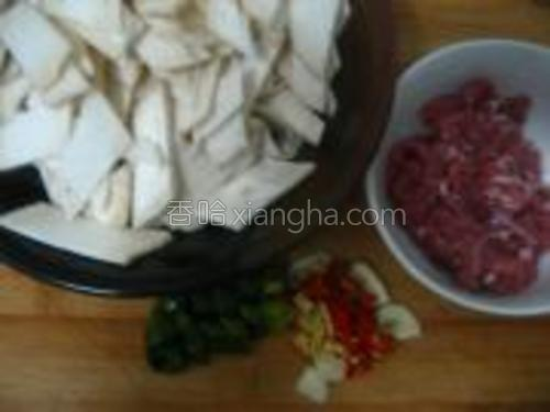 杏鲍菇切片,瘦肉切片,生姜切末,蒜切片,青红椒切小段。