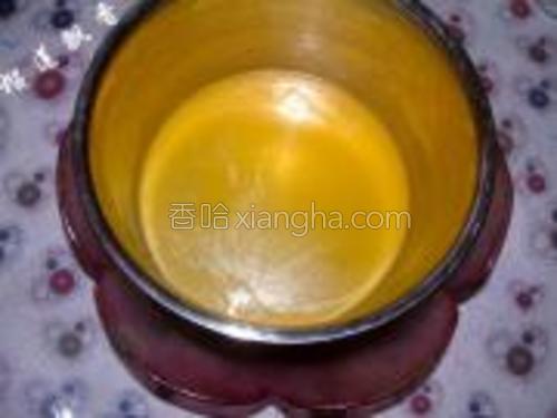 黄油放入不锈钢盆中,下面大玻璃盆里加入刚烧开的水,使黄油隔水融化。
