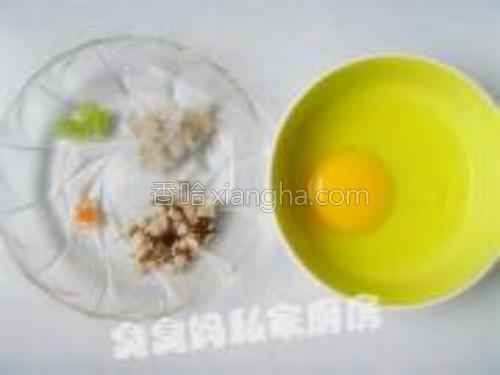 虾处理干净只取虾仁,鸡蛋磕入碗中。