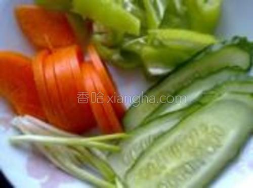 胡萝卜、青椒、黄瓜、小葱切好备用。