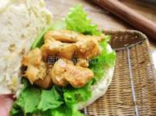 放入生菜与煎好的鸡肉条,并洒入适量的孜然粉即可。
