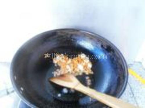 起锅热油,放入蒜粒、胡萝卜粒炒熟。
