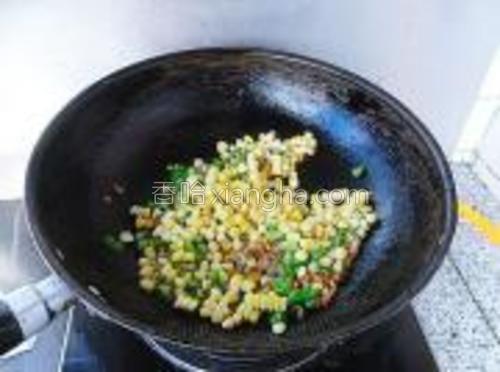 放入熟玉米粒,快速翻炒均匀。