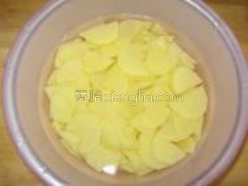 土豆切片,在水中洗洗,换水再泡泡,去掉淀粉。