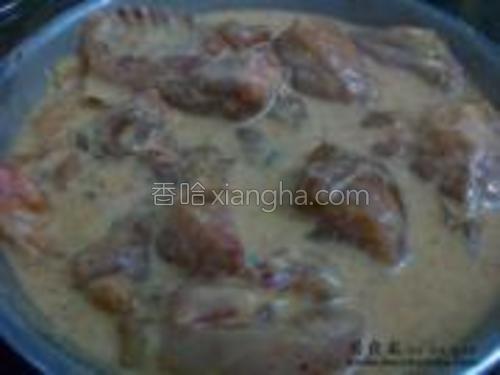 将腌制过的鸡块沾入面糊中腌制20分钟。
