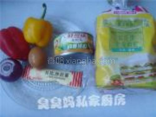 材料:金枪鱼(鲔鱼)罐头、红黄彩椒、洋葱、煮熟鸡蛋、全麦吐司片<br/><br/>辅料:沙拉酱、盐、黑胡椒粉。