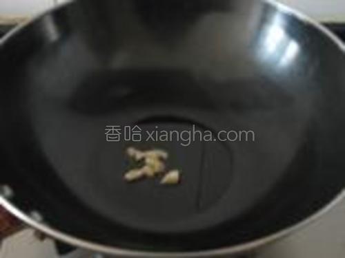 热锅凉油,加入蒜炒香。