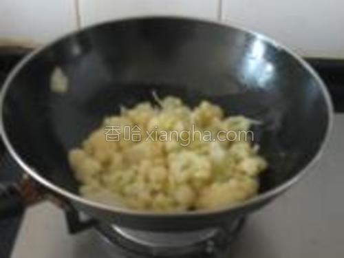 加入菜花翻炒。