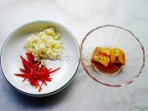 准备好蒜蓉,腐乳和指天椒去籽切丝。
