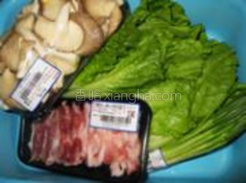 准备好猪肉、蘑菇、生菜和香葱。
