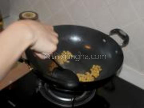 将玉米放入锅中,(注意,先放玉米,因为不太容易熟)~
