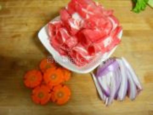 准备材料如图,现成的牛肉卷,洋葱切丝,胡萝卜切小片或者任意自己喜欢的形状