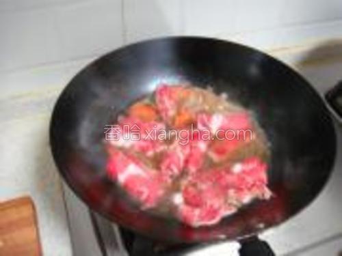 锅里汤烧开后撒入牛肉卷,不要用力搅拌,慢慢用勺子浇汤,等肉片变色后再煮30秒关火即可