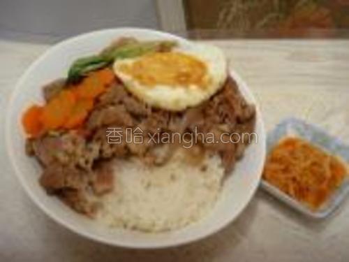 把煮好的牛肉浇在米饭上,再放上几片生菜叶(可以自己搭配,如果放西兰花需要提前把西兰花焯水)自己又加了一个煎蛋,配上一碟自制的包菜萝卜条,很开胃哦,大功告成了