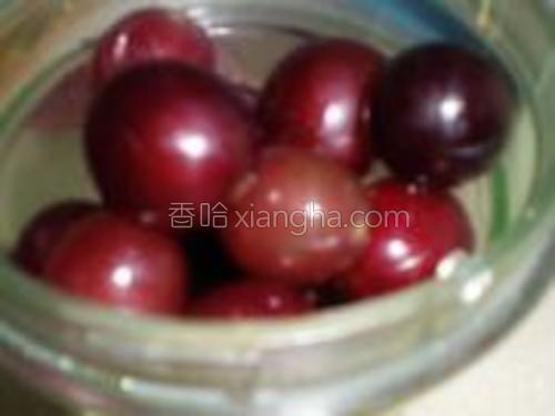 将葡萄和梨块放入料理机中打碎。