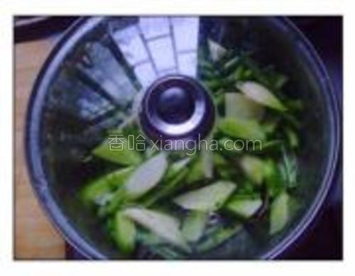 再撒一次盐,拌匀后盖锅盖腌半小时装盘即可。