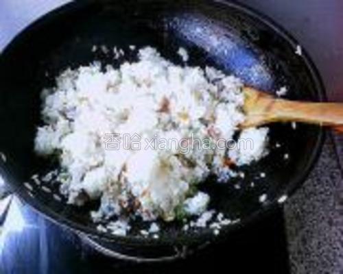 小火慢炒,把米饭炒散后,放入少许盐提味即可。