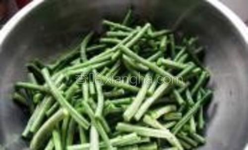 选新鲜饱满嫩豇豆。将豇豆洗净切寸长。