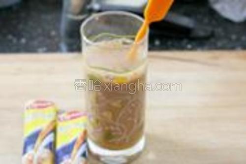 将奶茶用温开水冲调均匀。