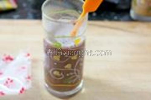 将红豆沙用温开水冲调均匀。