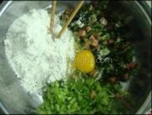 苦瓜、火腿切碎,加入面粉、鸡蛋、五香粉、盐、葱花。