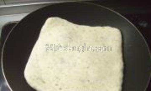 平底锅放点油烧至5成热,放入豆渣饼,盖上盖,中小火烙至一面金黄色时翻面。
