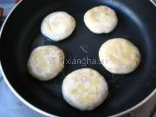 平底煎锅倒入植物油,将小饼放入锅中,小火烙至两面金黄,熟透即可。
