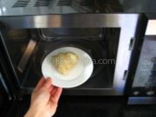 粽子去外皮,放入微波炉中加热至软。