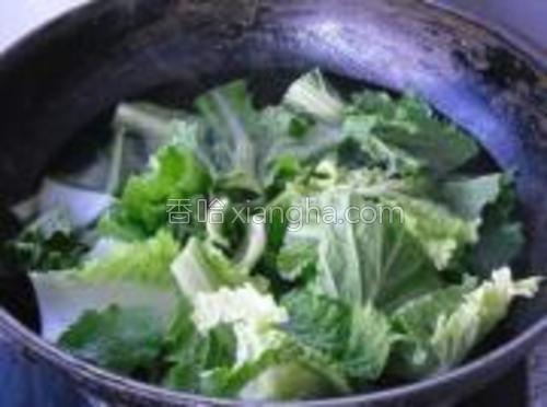 锅烧开水,放入小白菜焯透。捞出备用。