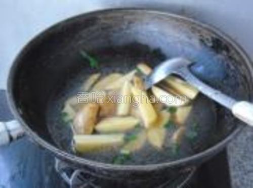 翻炒均匀,放入鸡汤(或清水),烧开。小火炖制20分钟至土豆熟透。