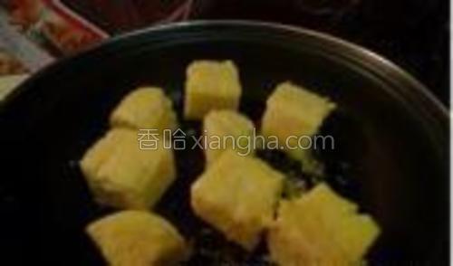 锅中少量黄油,放入玉米糕小火煎至两面稍微上脆皮