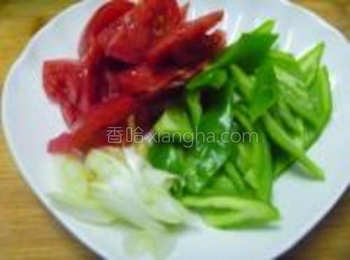 尖椒和西红柿切成片备用。