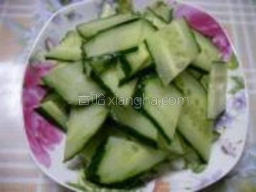黄瓜切成菱形片。