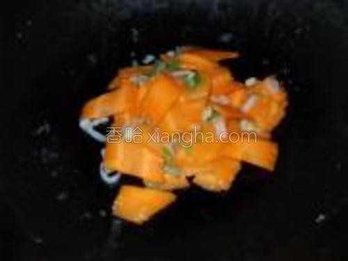 下如胡萝卜炒至断生。