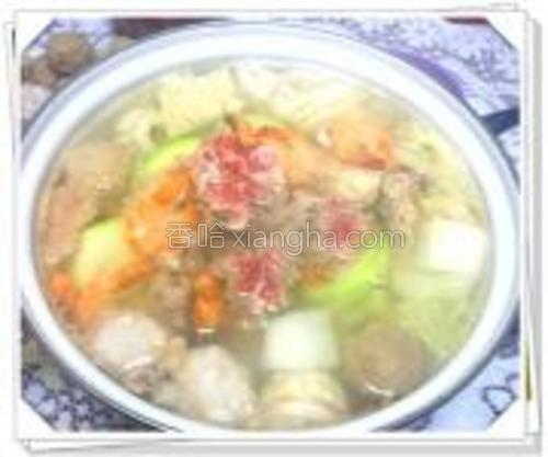 开过后,放入虾,西葫,肥牛片,蘸涮菜料食用。